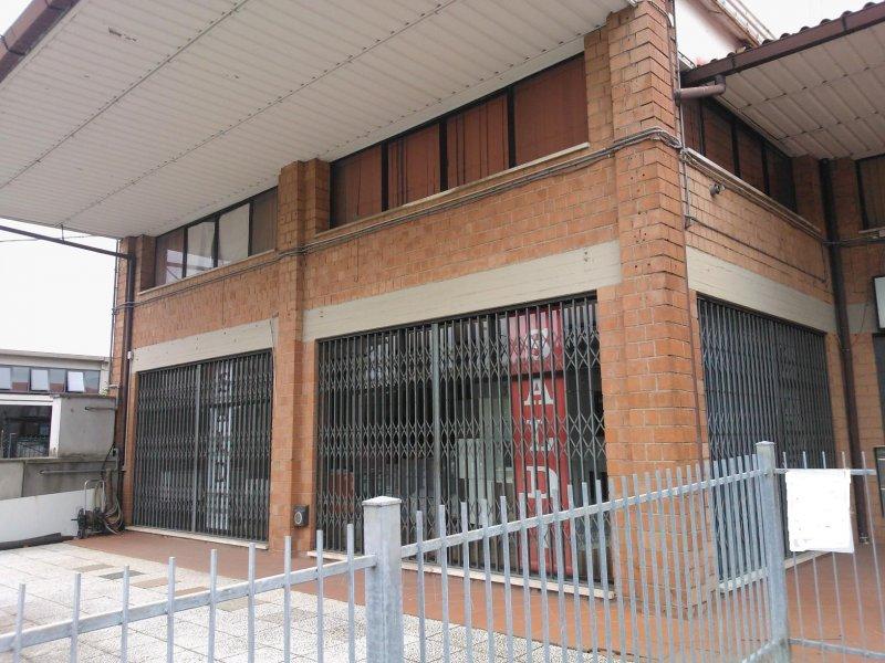 Negozio/capannone fronte strada - Магазин / сарай, выходящий на улицу